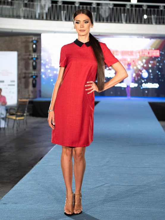 Червена рокля с къс ръкав с черна якичка