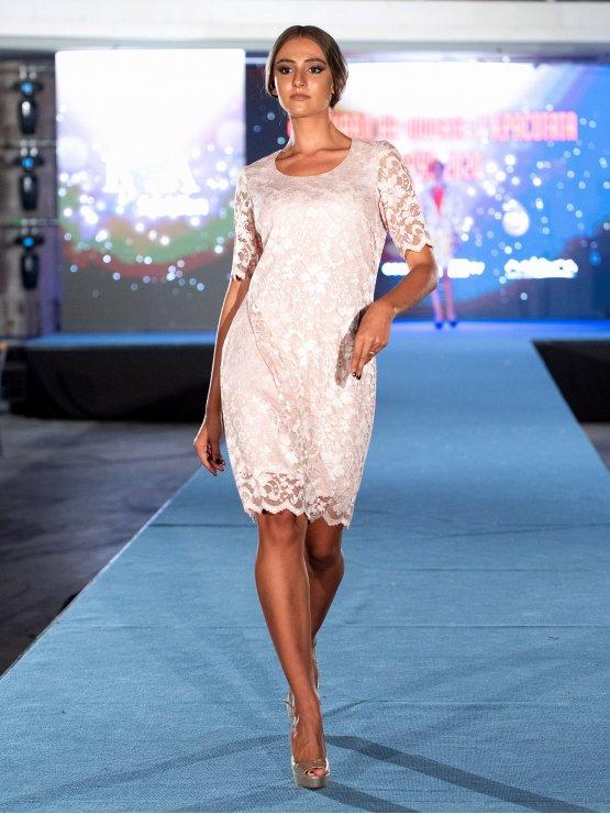 Дамска рокля от ефектна дантела в телесен цвят